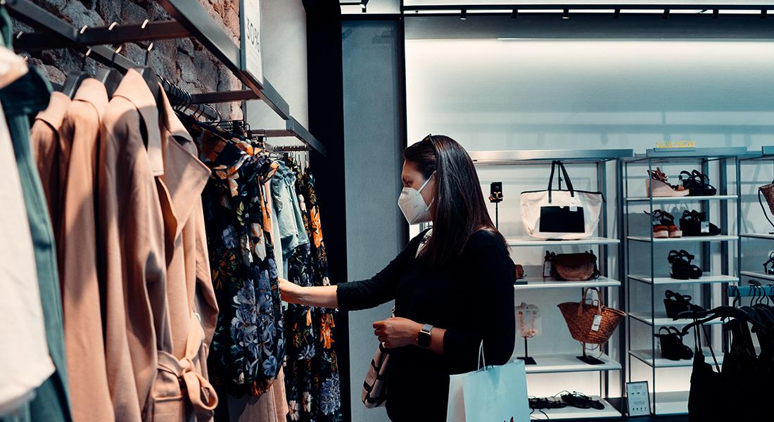 Forbruger kigger på varer iført mundbind. Foto: Unsplash